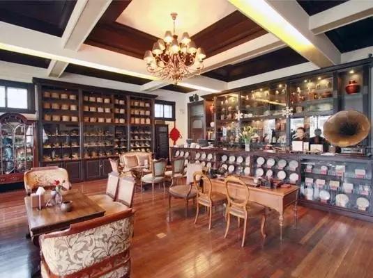 永嘉路上有一栋美丽的小洋房,以极简风和复古朴素风为装饰个性,有超60多个种类的茶所开设的茶馆非常有中国特征。但让你意想不到的是,这家的老板竟然是一位法国女士,而店名的又来则是她的中文名宋芳。当然啦,也不乏带来法国有150年历史的法国Ceylan牌香茶,让你从茶味清香品到神韵悠长。